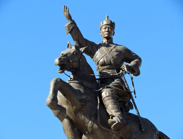 Жанжин Сүхбаатарын хөшөөнд цэцэг өргөнө